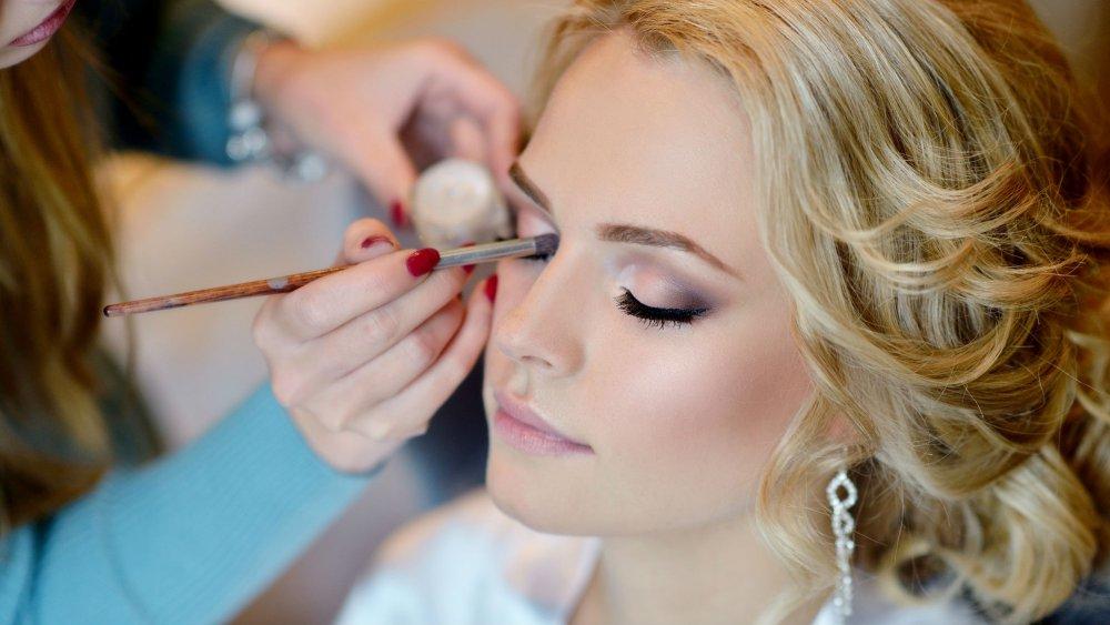 Pour se maquiller correctement lors des grands évènements comme le mariage,  il y a des éléments à ne pas oublier ni négliger.